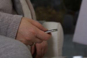 Hand mit Apple TV Fernbedienung