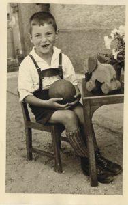kleiner Junge mit Ball, Archivfoto, historisch