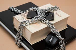 Handy und Laptop festgekettet