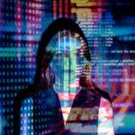 Frau mit Zahlen und Daten bunt hinterlegt